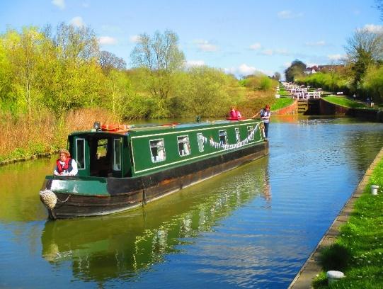 narrowboatgreenonwater.jpg (114.79 KB)